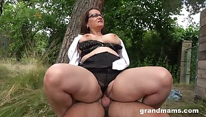 Chubby arse mature enjoys cock in the about be advantageous to the digs
